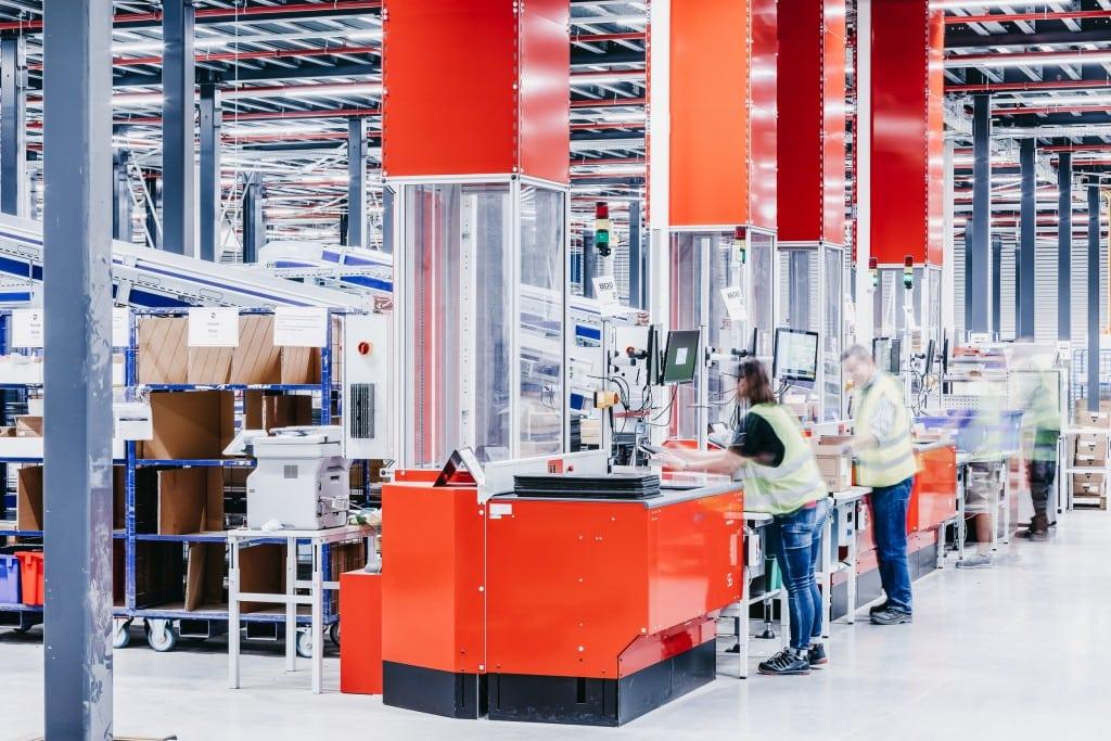 Cuatro puertos giratorios automatizados gestionan toda la mercancía que entra en el sistema AutoStore sin necesidad de sistemas de transporte adicionales.