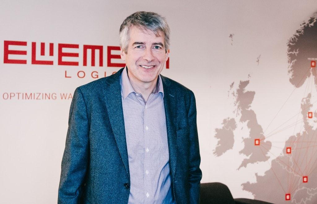 Arnold Hjelm Nielsen, KAM de Element Logic Noruega, delante del mapa de instalaciones europeas de Element Logic