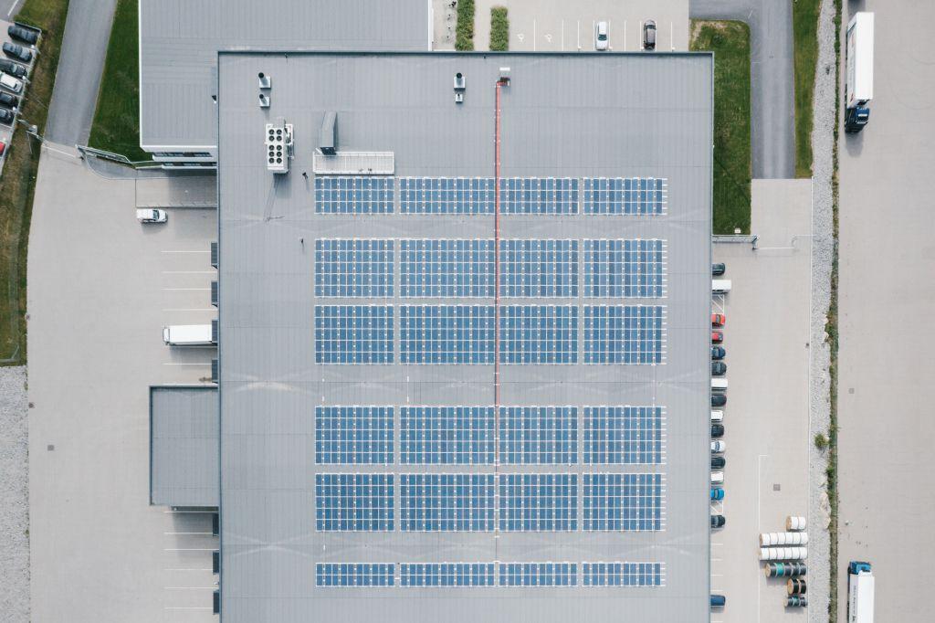 Plano cenital de un almacén con placas solares instaladas en el tejado