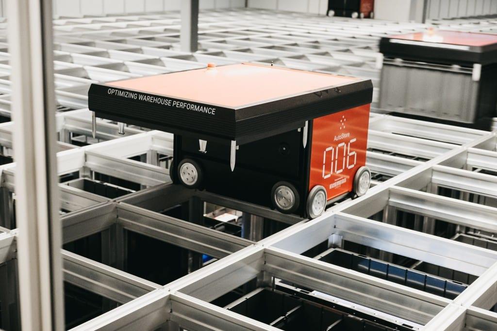 Un primer plano de un robot de AutoStore trabajando en el almacén de Oslo.