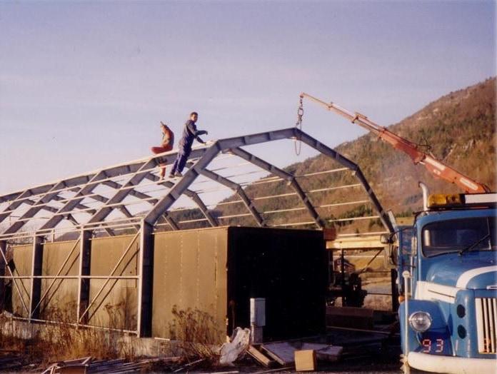 El primer almacén de GS Bildeler fue construido en Bud por dos hombres en 1994.