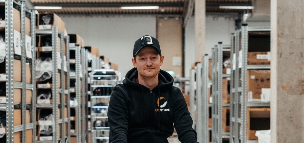 Filip Klasson, CEO de Hatstore en un almacén