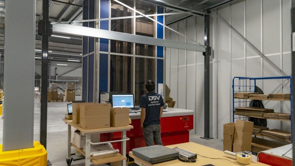 operario supervisando un almacén
