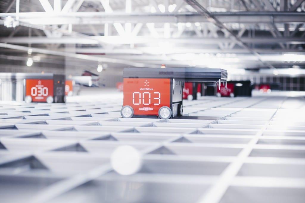Robots Red Line AutoStore en la cuadrícula del almacén de Solar