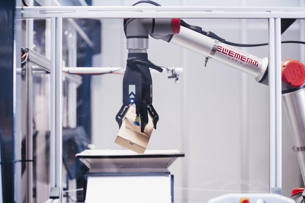 Brazo robótico agarrando un artículo