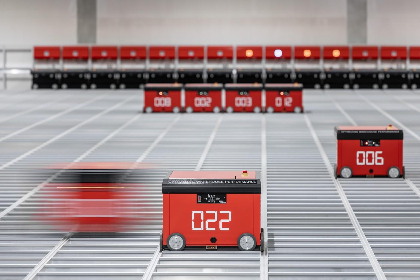 Robots de AutoStore desplazándose por la cuadrícula