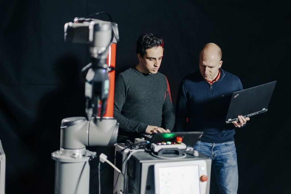 Dos trabajadores de Element Logic trabajando con el ordenador
