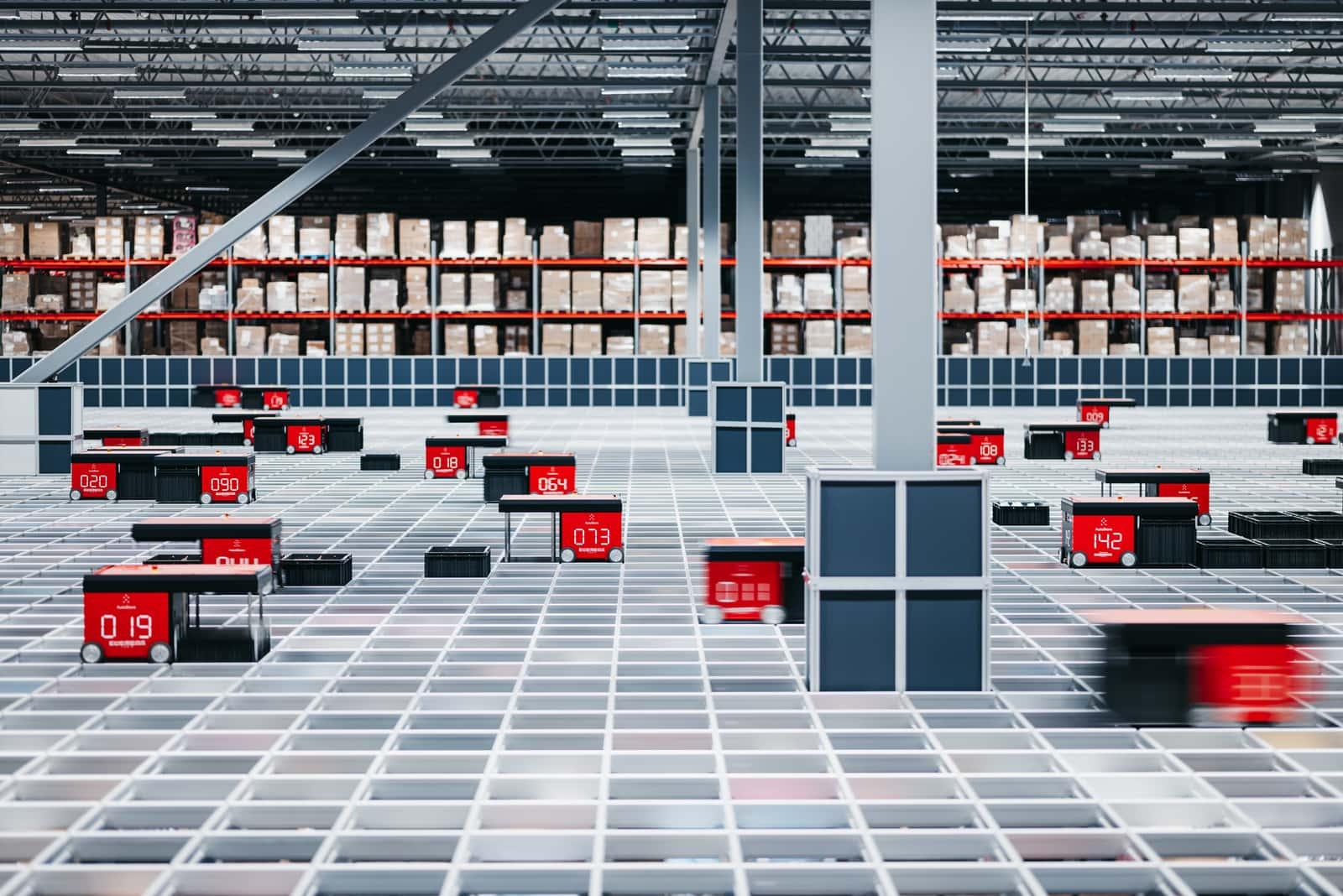 Robots AutoStore desplazándose por el almacén