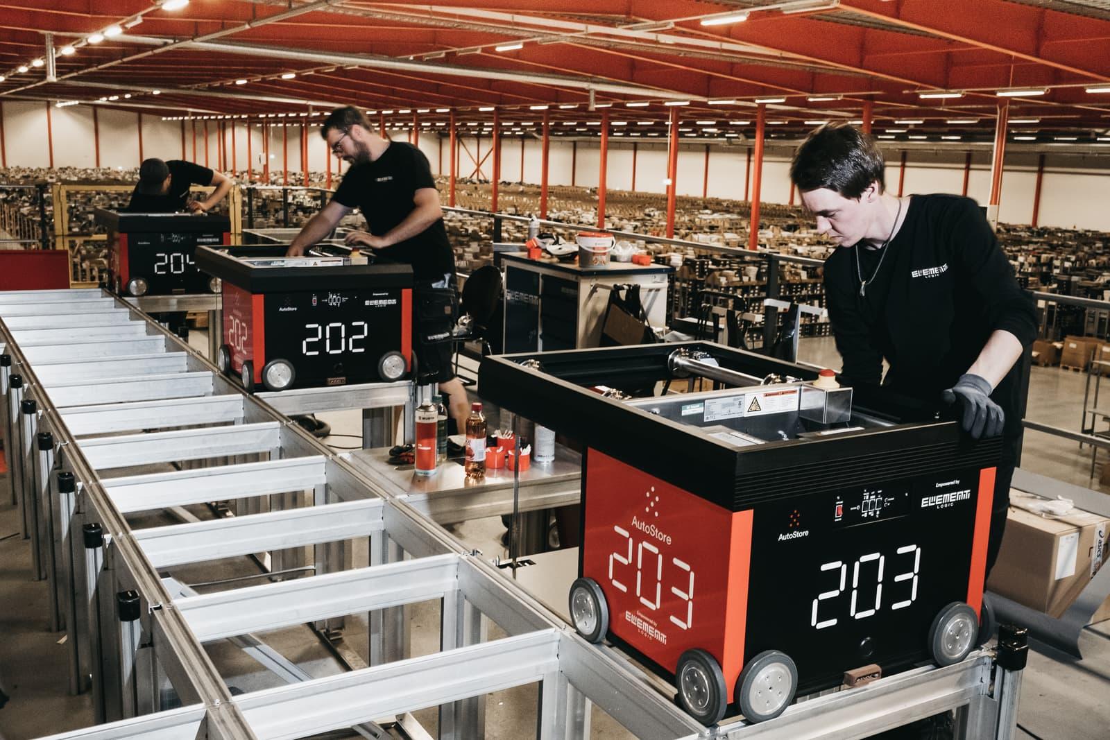 Personas del departamento técnico de Element Logic revisando que los robots de AutoStore funcionen correctamente