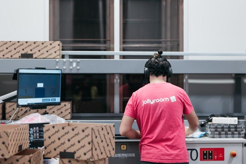 Operario de almacén realizando picking en una estación de trabajo